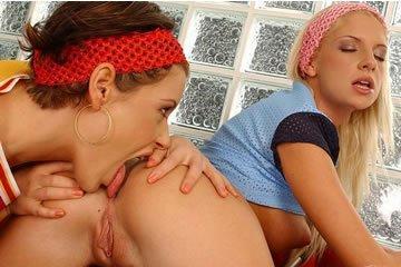 Lora Craft és Bambi - fiatal leszbikusok